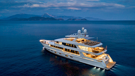 contact-yachts-sunrise-001.565x318